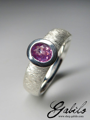 Ring mit rosa Saphir in Silber