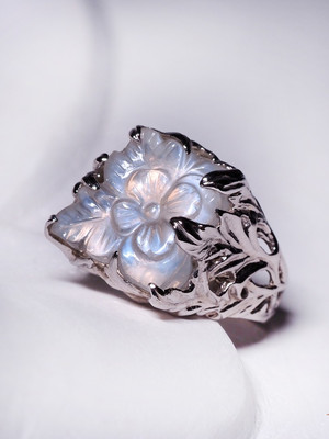 Сarving moonstone gold ring