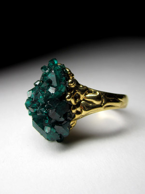 Ring mit Dioptase in Gold