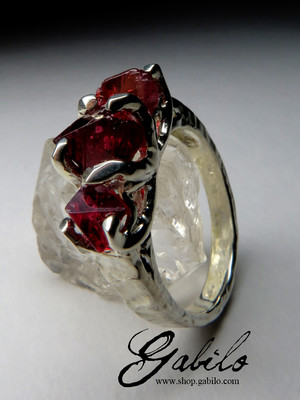 Ring mit Spinellkristallen