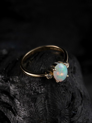 Opal goldener ring with diamonds
