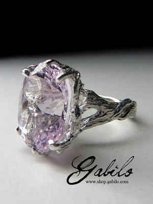 Gold ring with kunzite