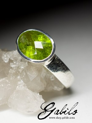 Ring mit Chrysolith in Silber